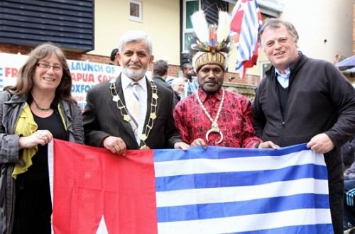 Benny Wenda with Lord Mayor of Oxford, Mohammed Abassi