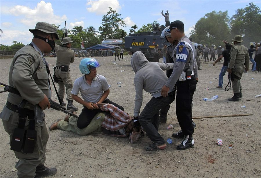 Armed Indonesian police arresting and brutalising Papuans