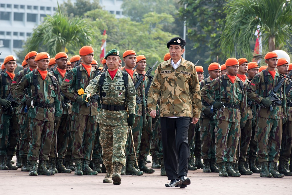 Indonesian President Joko Widodo (Jokowi) with members of the Indonesian military